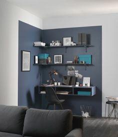 Installer un bureau dans le salon ? C'est possible, il suffit de délimiter un espace de travail en choisissant les bonnes couleurs pour que le tout soit élégant et en harmonie avec le reste de la pièce.