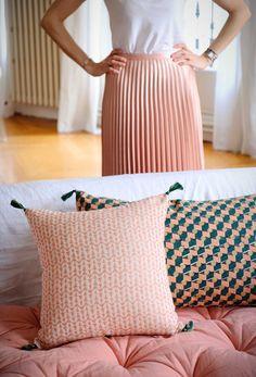 Cette housse de coussin carrée en coton rose a été tissée à la main dans le plus grand respect des traditions indiennes. Ce savoir-faire fait partie intégrante de l'histoire des tribus de l'Assam et se transmet de génération en génération. Inspiré de ces techniques ancestrales de tissage, ce coussin offrira à votre intérieur chic et raffinement par son motif géométrique.