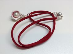 Collier #488 Collier fait de suède rouge, breloque coquillage et perle et de métal anti-ternissement avec une attache aimantée.   Collier de 16 pouces (41 cm).