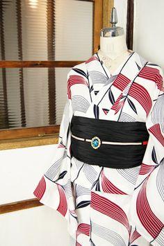 白地に黒に近い深い紺と落ち着いた赤のバイカラーで染め出された、北欧モダンファブリックを思わせるような草葉のモチーフがスタイリッシュな注染レトロ浴衣です。
