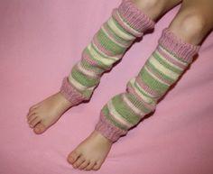 Benvärmare - Little Girl-mönster av Kristen O& Knitting Patterns Free, Free Knitting, Knitting Socks, Free Pattern, Knitting Ideas, Knit Socks, Knitting Projects, Knitted Hats, Yoga Socks