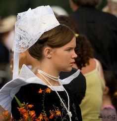 Défilé Breton à Quimper | Défilé Breton, Festival de Cornouailles à Quimper, le 27 Juillet 2007. European Costumes, French Fashion, Fashion History, Folklore, Brittany, Cap, Wedding Ideas, Culture, France