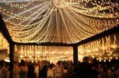 terminacion increible en el techo de la carpa con luces blancas