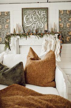 Un salon paré pour les fêtes qui décline une décoration autour d'une palette de bruns et de blancs