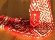 Ingridstua: Votter til fotballsupportere i familien Mittens Pattern, Liverpool, Knitting Patterns, Knit Crochet, Diy And Crafts, Presents, Accessories, Manchester United, Fashion