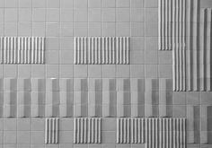 Estación de metro de São Sebastião II con piezas de Maria Keil (Lisboa). Cerámica con diferentes relieves pensados para crear efectos diferentes según la perspectiva desde las que se les observa