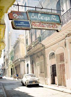 古びた看板もどこか味があってよい。キューバ 旅行・観光のおすすめのスポット!