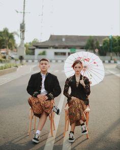 Pre Wedding Shoot Ideas, Pre Wedding Poses, Pre Wedding Photoshoot, Javanese Wedding, Indonesian Wedding, Korean Wedding Photography, Couple Photography Poses, Kebaya Wedding, Foto Wedding