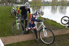 De veldrijders sluiten het seizoen op het gemakje af tijdens de Cyclocross Masters in Waregem, en dus is er ook tijd voor de familie: Sven Nys ging met zoon Thibau op pad en gaf zijn opvolger ongetwijfeld enkele cruciale tips. De wereldkampioen van 2027 is bij deze gekend...