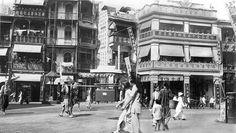 港島文咸東街,右側為「得雲茶樓」,左側見「李占記」。l  Old Hong Kong