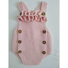 Flying Frog cotton handwoven frog, with ruffles on the bib, in baby pink, size months. Baby Knitting Patterns, Modern Crochet Patterns, Baby Clothes Patterns, Knitting For Kids, Crochet For Kids, Baby Patterns, Baby Ruffle Romper, Knit Baby Dress, Baby Girl Romper