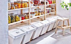 Tip voor een duurzaam 2017: door afval te scheiden kan er makkelijker gerecycled worden | IKEA IKEAnederland  IKEAnl inspiratie duurzaam koken scheiden afval BEKVÄM krukje kruk opstapje SORTERA bak afvalbak KORKEN pot voorraadpot