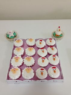 Galinhas e ovelhinha de pasta americana decorando cupcakes cobertos de merengue