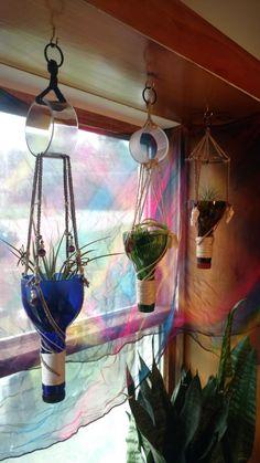 Wine Bottle Planter, Wine Bottle Vases, Glass Bottle Crafts, Diy Bottle, Wine Bottle Windchimes, Wine Bottle Garden, Reuse Wine Bottles, Small Bottles, Cutting Glass Bottles