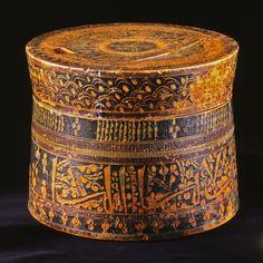 Æske af drejet træ, med farvet lak og indridset dekoration Afghanistan; 11.-12. århundrede