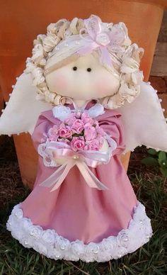 Anjo em tecido rosa com buquê em mãos ... Decoração para a Heloísa ...