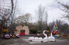 Sonntag, 30.11., 13:30 Uhr – Treptow, Spreepark: Vermutlich der trostloseste Weihnachtsmarkt in Berlin! Wir haben 3 Buden, eine kaputte Hüpfburg, ein müffelndes Märchenzelt und einen Weihnachtsbaum aus Regenschirmen gezählt.  © Matze Hielscher | Mit Vergnügen | Big in Berlin Bude, Berlin Photos, Outdoor Furniture, Outdoor Decor, Sun Lounger, Joy, Home Decor, Sunday, Tent Camping