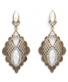 O Brinco da Baronesa com todo seu charme e elegancia possui detalhes em strass, é de metal banhado a prata ou ouro, com pedras artificiais, leve e tambem delicado não machuca a orelha,  Só R$ 19,99