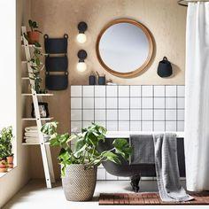 Si l'éclairage de salle de bains se doit d'être malin, on peut aussi opter pour des éclairages plus accessoires, qui vont compléter une source de lumière plus efficace. Ainsi, pour encadrer un miroir à l'éclairage intégré, on peut par exemple poser deux appliques toutes simples, au style épuré, ethnique ou industriel.