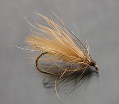 Le Sedge 3 poils clairs et le Sedge 3 poils foncés sont réalisés sur un hameçon N°14. Comme son nom l'indique ce Sedge est composé de trois poils: écureuil, lièvre et chevreuil + une aile en CDC. C'est un Sedge bon à tout faire, bien graissé il flotte très bien et peut faire office de Sedge à draguer, légèrement salivé c'est un excellent Sub-Sedge.