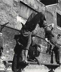 ❦ Acrobatics sur un banc Paris 1950s  Photo: Robert Doisneau