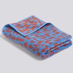 Wrong for HAY HE SHE IT Towels Bath Towel - It: Refresh your bathroom accessories with this stylish towel from Danish lifestyle brand Hay. Designed by Nathalie Du Pasquier from pure cotton, this sky blue and cinnamon version is sure to add a distinctive touch to your room.