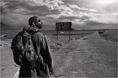 """Em um período pós-apocalíptico e violento,  um homem solitário é o guardião de um livro sagrado, que pode conter a resposta para a salvação da humanidade. A partir daí, se desenrola a trama de """"O Livro de Eli"""" (2010), que a Globo exibe, na Sessão de Gala deste domingo, dia 6, logo após o Domingo Maior. Eli vive como um andarilho solitário (Foto: Divulgação)"""