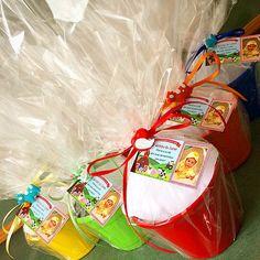 Os kits de plantio do aniversário de 1 aninho do Lucas ficaram lindos!!! O tema é fazendinha - claro que os botões de bichinhos não podiam faltar! #lepetitvert #lembrancinhacriativa #lembrancinhaecológica #lembrancinhadeaniversario #fazendinha #bichinhos #kitdeplantio #sementes #girassol