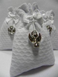 ♥ Produtos Baby Vilyn Saches perfumados em piquê branco, com pingente de…