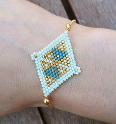 Ce bracelet doré, vert menthe et bleu pétrole réalisé avec amour par Les Midinettes :-) ne passera pas inaperçu! Dimensions : 16,5 à 17 cm environ  Porté tous les jours o - 18578547