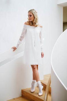 Tini, unser kurzes Brautkleid schulterfrei! Ein Wohlfühkleid aus Streifenchiffon, das auch nach der Hochzeit gerne getragen wird, gleich hier inspirieren!