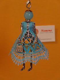 "Hola Amig@s: Aquì estoy....con la otra ""Bambolina"" terminada; esta es para mi sobrina màs grande...ella adora los c... Bobbin Lace Patterns, Crochet Butterfly, Lace Heart, Lace Jewelry, String Art, Lace Detail, Tatting, Christmas Ornaments, Holiday Decor"