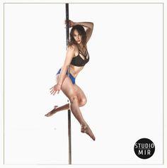 Belle posture sur la barre de pole dance... #studiomir #poledance #photographie #modele