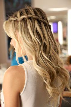 trança com efeito cascata para um penteado meio preso super charmoso e versátil.