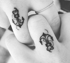 Tatuaggi dita: ancore e cuoricini