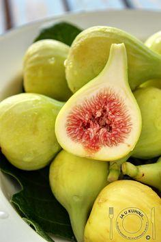 O figo é um falso fruto, pois é um receptáculo que contém centenas de pequenos frutos que chamamos sementes. Os figos são frutos muito frágeis, pelo que a sua conservação em boas condição é difícil. Por isso, a importância comercial dos figos secos e em conserva aumentou. Dado que é uma fruta perecível. O figo é um fruto mole e de pele fina, cuja cor varia de verde a roxo, enquanto que a polpa pode ser encarnada ou branca.
