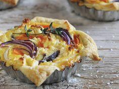 Mini-Quiches mit Süßkartoffeln, Rüben und roten Zwiebeln - smarter - Zeit: 25 Min. | eatsmarter.de