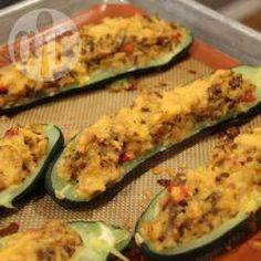 Para transformar los zucchinis en el plato principal del día, los relleno con carne picada salteada con cebolla y mucho queso. En casa les encanta, son sanos, y muy fáciles de hacer.