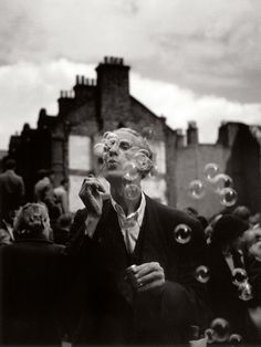 Izis Bidermanas, L'uomo con le bolle, Petticoat Lane, Middlesex Street, Whitechapel, 1952 ca.