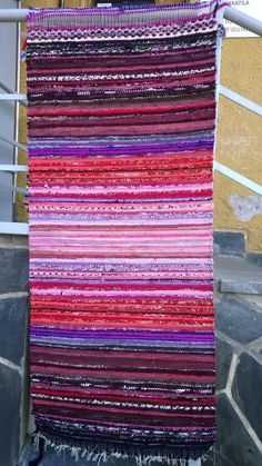Take a look at this trendy moroccan rug – what an imaginative style – Rug making Rug Loom, Loom Weaving, Hand Weaving, Weaving Textiles, Tapestry Weaving, Homemade Rugs, Latch Hook Rugs, Fabric Yarn, Tear