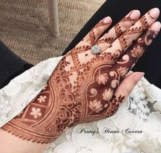 Henna is the most traditional part of weddings throughout India. Let us go through the best henna designs for your hands and feet! Khafif Mehndi Design, Rose Mehndi Designs, Mehndi Designs For Beginners, Mehndi Designs For Girls, Modern Mehndi Designs, Mehndi Design Pictures, Wedding Mehndi Designs, Dulhan Mehndi Designs, Beautiful Henna Designs