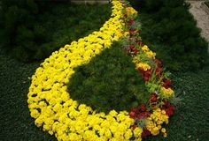 Precious Tips for Outdoor Gardens - Modern Grave Decorations, Cemetery Headstones, Funeral Planning, Pinterest Garden, Flower Landscape, Real Plants, Funeral Flowers, Flower Beds, Garden Landscaping