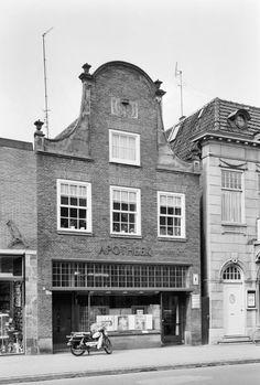 Winkelpand met halsgevel aan de Grotestraat 67 in Almelo. Rijksmonument