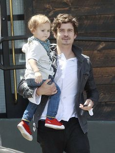 Famous Fathers Get Cute With Their Kids!: Orlando Bloom held son Flynn in one arm during a day out in LA in April.
