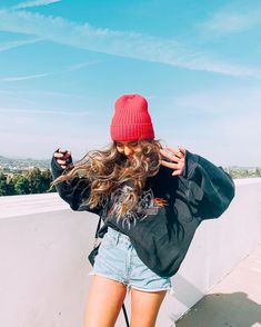 when spends 10 minutes trying to get me to see the Hollywood sign on the hill but I don't have my contact lenses in so 🤓🤷♀️ . Sarah Betts, Everyday Casual Outfits, Next Clothes, Insta Photo Ideas, Instagram Outfits, Girl Inspiration, Girl Photography Poses, Get Dressed, Cute Outfits
