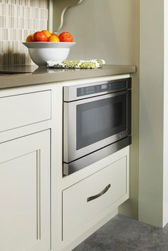 This sleek Jenn-Air under counter microwave oven with drawer design provides added flexibility to any kitchen design. At the touch of a button, the drawer automatically opens and closes – and auto sensor cooking determines the optimal power level and cooking time for exceptional results.