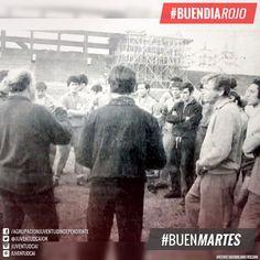 #BuenDiaRojo, #BuenMartes! #ManuelGiudice charla con el plantel previo al partido con Racing. Julio de 1970.