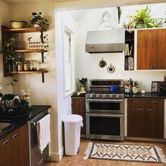Top Ideas to Get Boho Style Kitchen 1930s House Interior, Grey Interior Doors, Boho Gypsy, Hippie Boho, Living Room Kitchen, Kitchen Decor, Kitchen Dining, Small Dining Area, Bohemian Kitchen