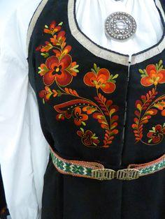 Fra utstilling, Tinn Håndverksenter Folk Costume, Costumes, Nordic Vikings, Norwegian Rosemaling, Swedish Design, Looking For Someone, Headgear, Traditional Dresses, Machine Embroidery
