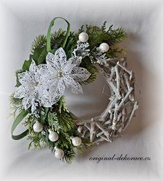 VA156-Vánoční věnec na dveře - věnec z větviček, šedá patina - bílé květy